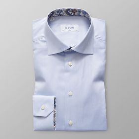 Lichtblauw slim hemd met bruin-blauwe print in kraag en aan manchettes Eton