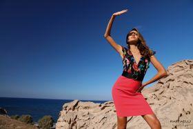 Zwart gebloemd V-hals kleed met roze 'rok' Linea Raffaelli