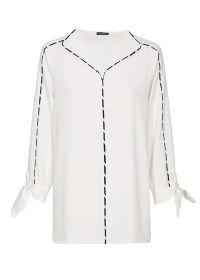 Witte bloes afgewerkt met marine stipellijn Caroline Biss