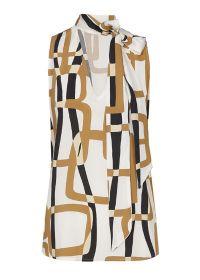 Witte bloes met zwart, beige grafische print en strik aan hals Caroline Biss