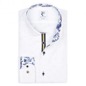 Wit hemd met blauwe bloemenprint in kraag en aan manchette R2 Amsterdam