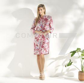 Grijs kleed met rode en lichtbaluwe bloemenprint