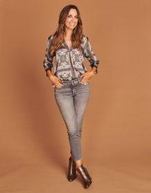 Grijze bloes met print Mucho Gusto