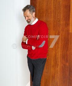 Rode pull met grijze lappen op de mouw Altea