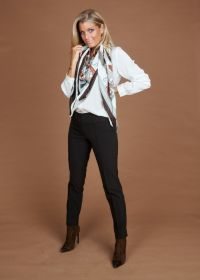 Bruine grijze sjaal met horsebitprint Mucho Gusto