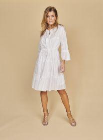 Wit kleed met banden en structuur in de stof Riani