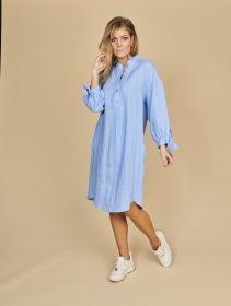 Lichtblauw kleed met strik aan de mouw Riani