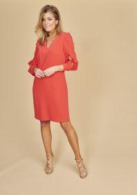 Rood kleed met knopen en split op de mouw Linea Raffaelli