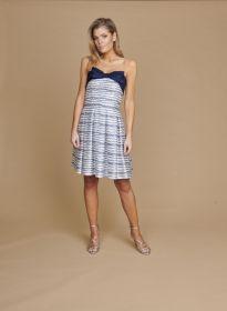 Wit kleed met blauwe kabelprint en strik bovenaan Linea Raffaelli